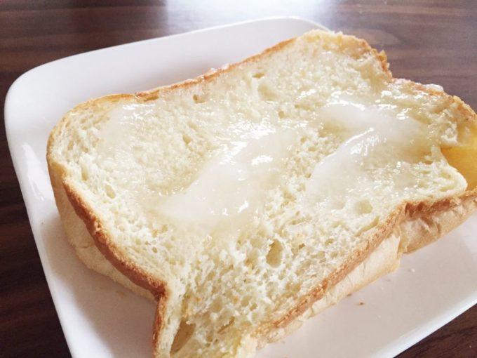 パンに塗ったココナッツオイル