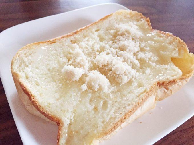 ココナッツオイルの上に砂糖。シュガーバタートースト風。
