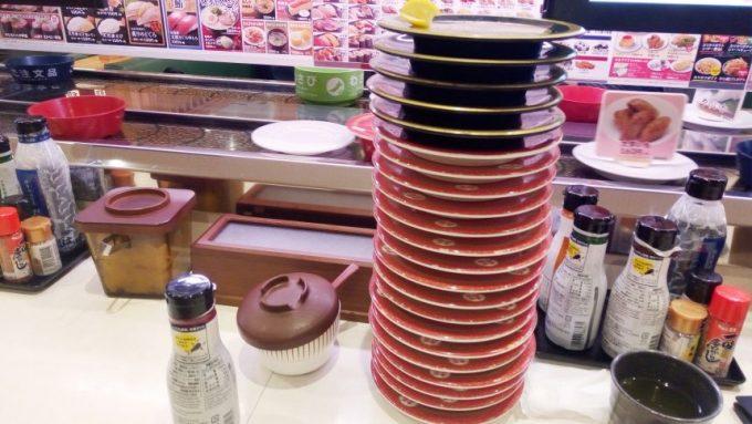 積みあがった回転すしの皿。