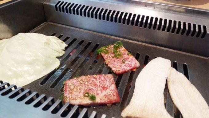 鉄板の上で焼かれる宮崎牛