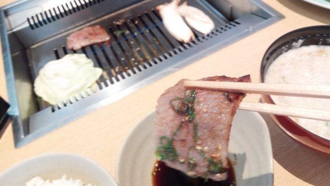 焼きあがった宮崎牛(超ピンボケ)