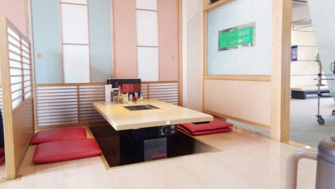 焼肉の夾竹園(きょうちくえん)のテーブル席。