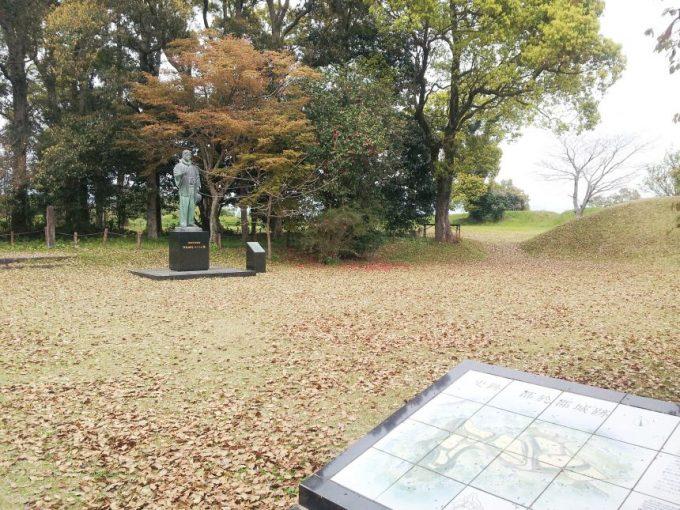 史跡、都於郡城跡。伊東マンショ?の銅像がある。