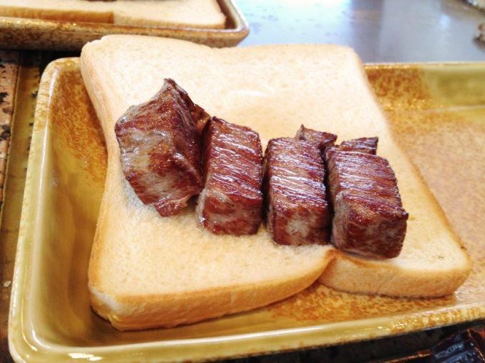 食パンの上にのせられたヒレ肉