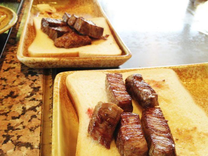 食パンの上にのせらた第二陣の特選ヒレ肉。