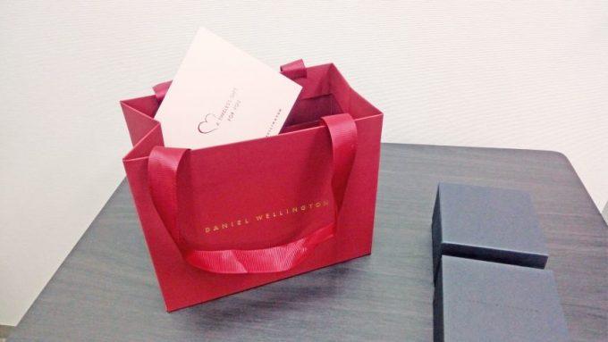 ダニエルウェリントン、プレゼント用のバッグとメッセージカード