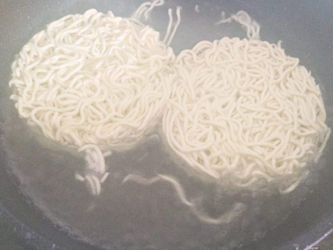フライパンはったお湯で茹でられているマルちゃん正麺