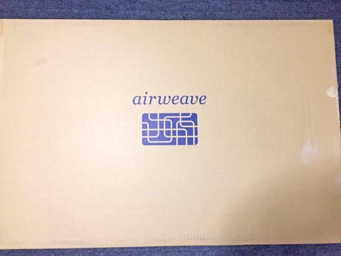 airweaveのロゴがかかれたダンボール
