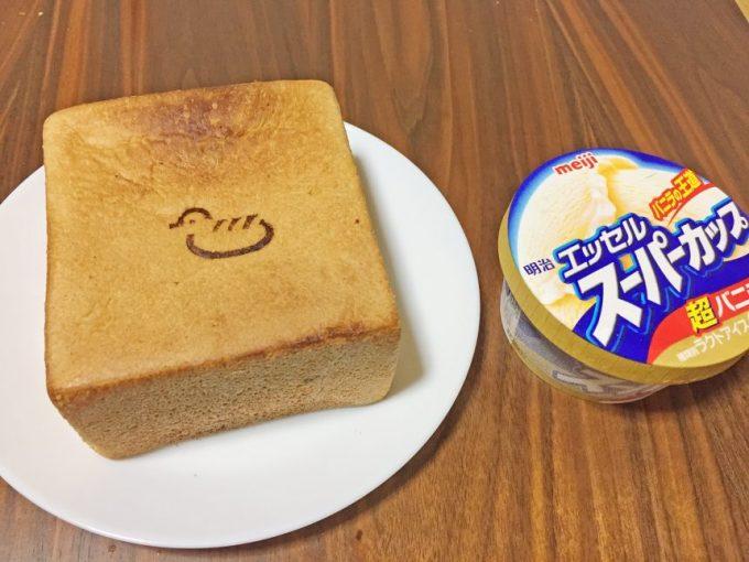 超厚切りにした食パン(九州パンケーキ)とエッセルスーパーカップバニラ