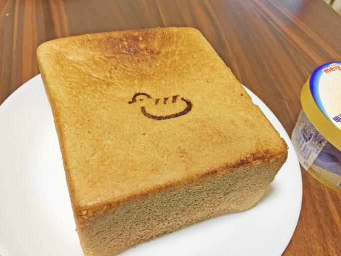 こんがりやけた厚切り食パン。トリさんの焼き印がかわいらしい