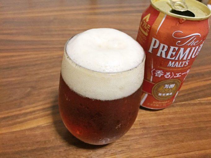 グラスにそそぐと琥珀色の濃いビール