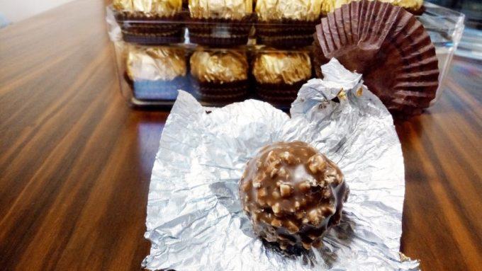 金色の包み紙(アルミ)を開封した状態。ナッツが散りばめられたチョコレートが登場
