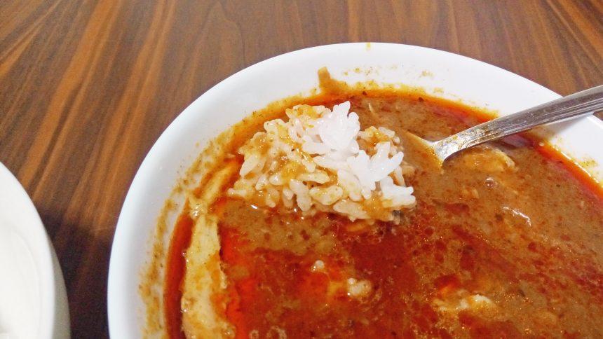 スープカレーにごはんをくぐらせてた図