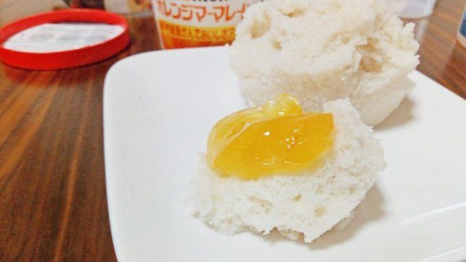 蒸しパンにマーマレードをのせてみた。