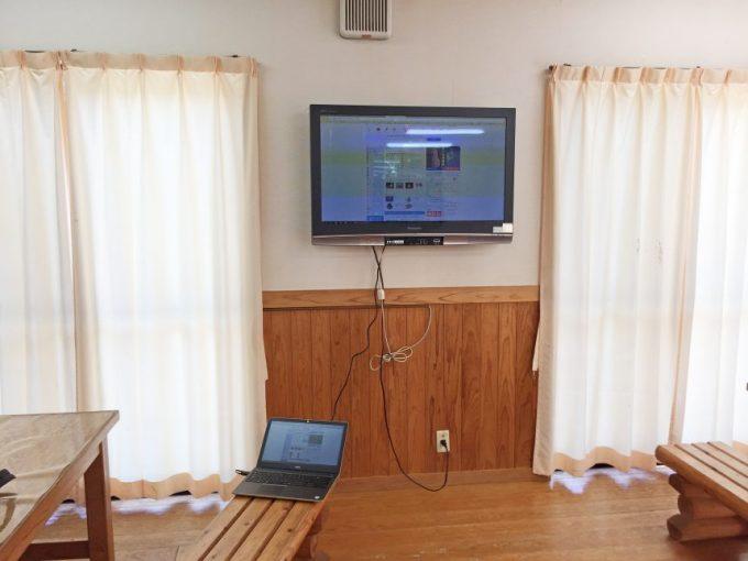 テレビにパソコンをHDMIケーブルで接続した状態