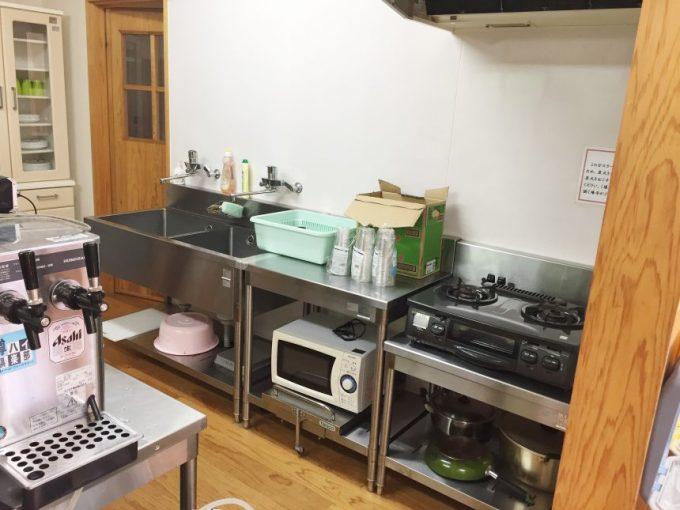 大きなシンクとさまざまな調理器具がそろっている