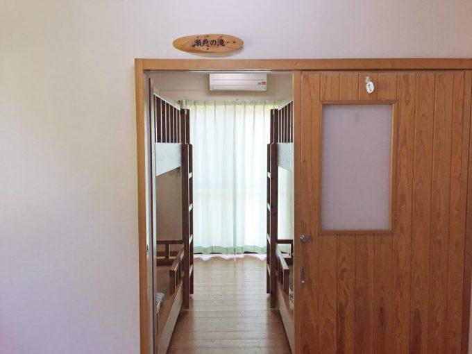 4人部屋の入り口。二段ベッドが二脚見える。