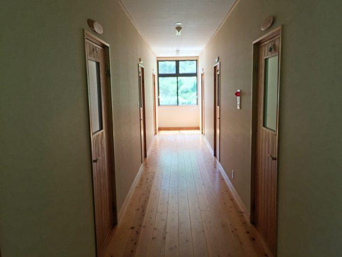 2階、4人部屋への廊下