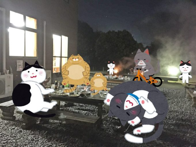 BBQで盛り上がっているの図。奥で花火をしている