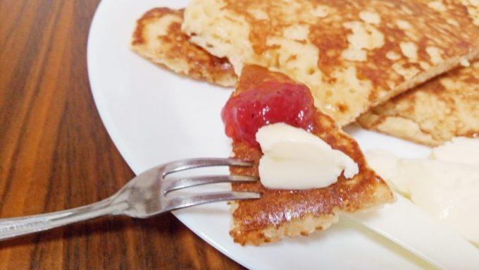 米粉パンケーキにのせたバターとイチゴジャム