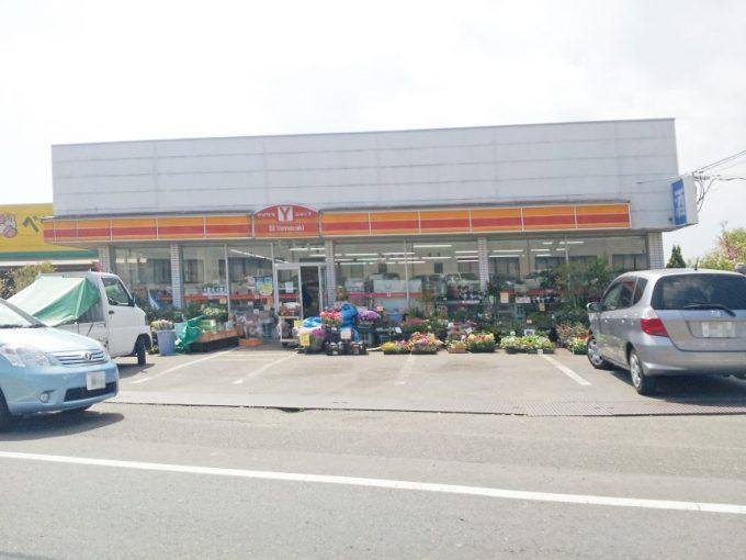 店の前に花の苗がならぶヤマザキストア