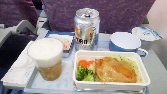 チキンの機内食と台湾サッポロビールを注いだ状態