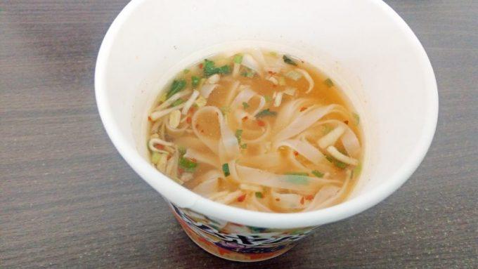 お湯を入れて完成したトムヤムフォー