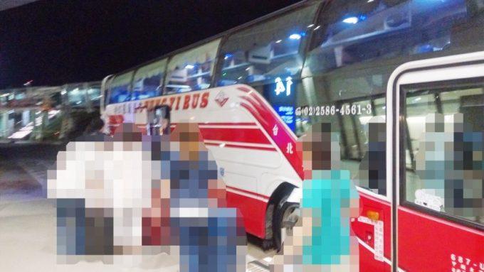 桃園空港から台北市内へ移動するためのツアーバス