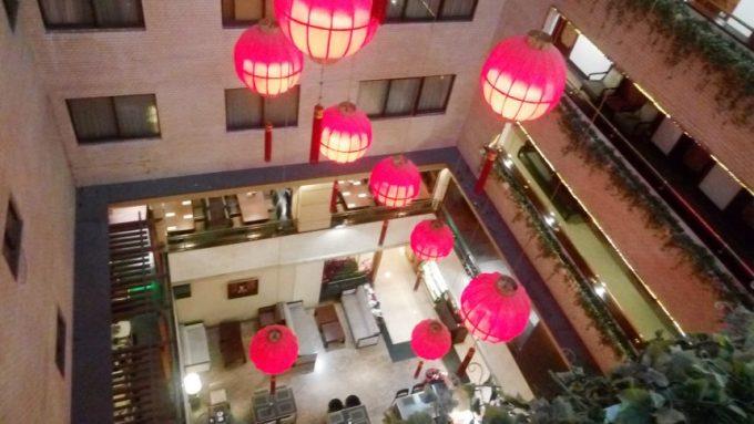 レオフーホテル(六福客棧)の吹き抜けにかかる大きな提灯群
