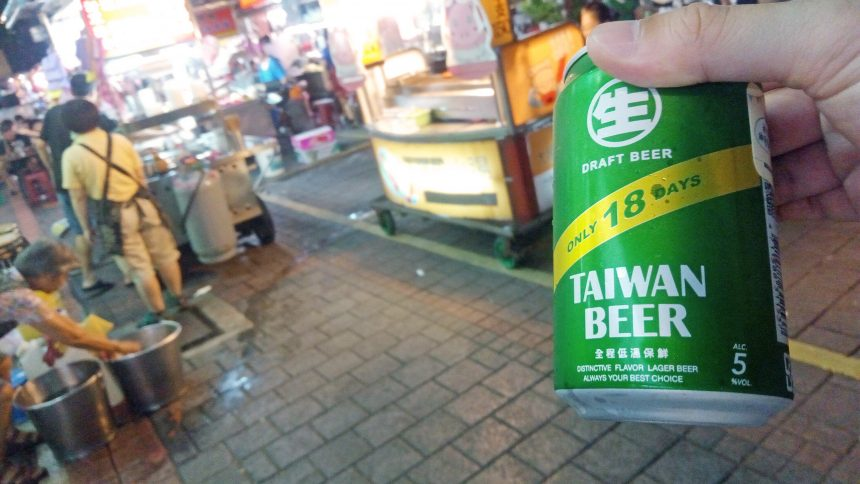 手に持ったビール(賞味期限が18日の生18DAYS)と雙城街夜市の風景