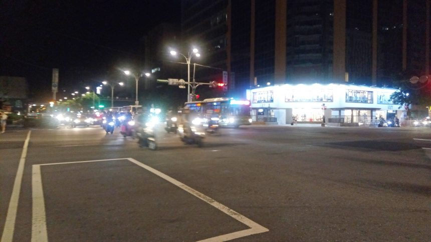 台北の夜の道路。夜でもやっぱりバイクが多い