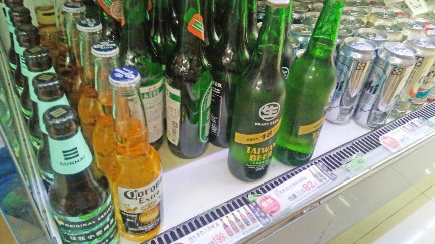 雙城街夜市のコンビニの中のビール
