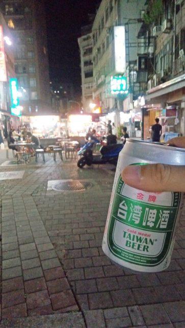 手に持ったビールと雙城街夜市の風景