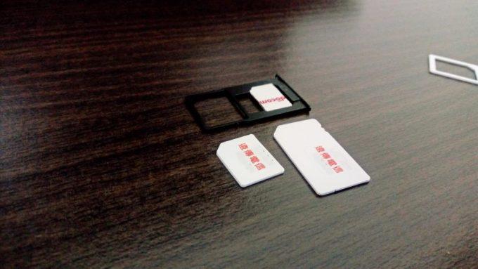 2枚あったのでIMカードはnanoSIMとmicroSIMを並べた状態