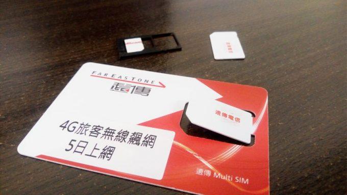 遠傳電信のSIMカードとスマホのSIMトレイ