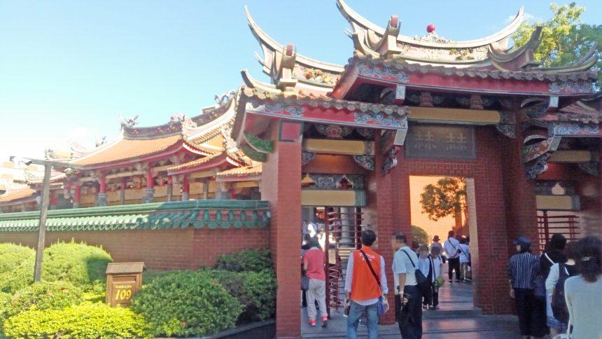 行天宮、右側の門(入口)