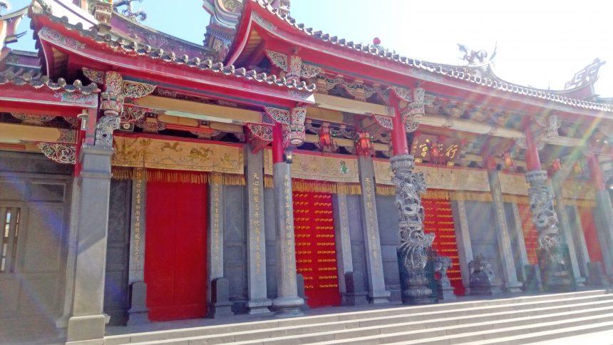 行天宮の立派な門