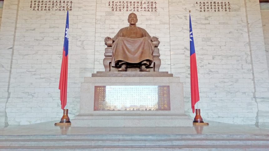 蒋介石像を正面から