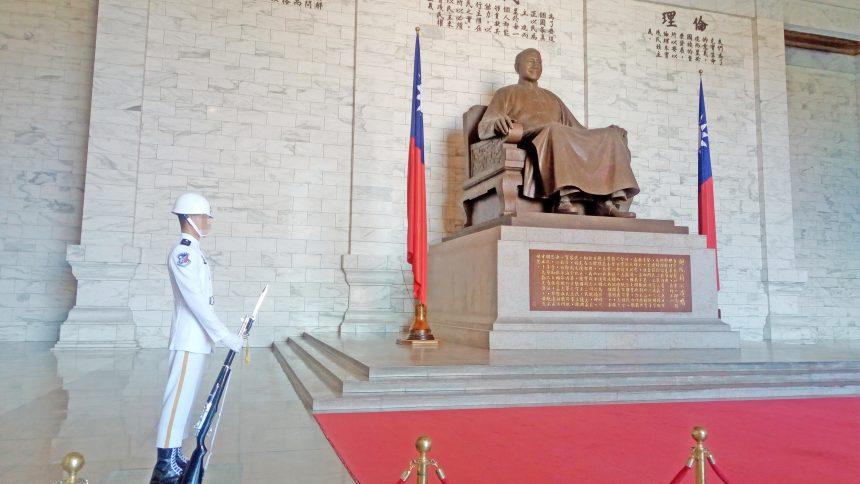 蒋介石像と護衛する兵士