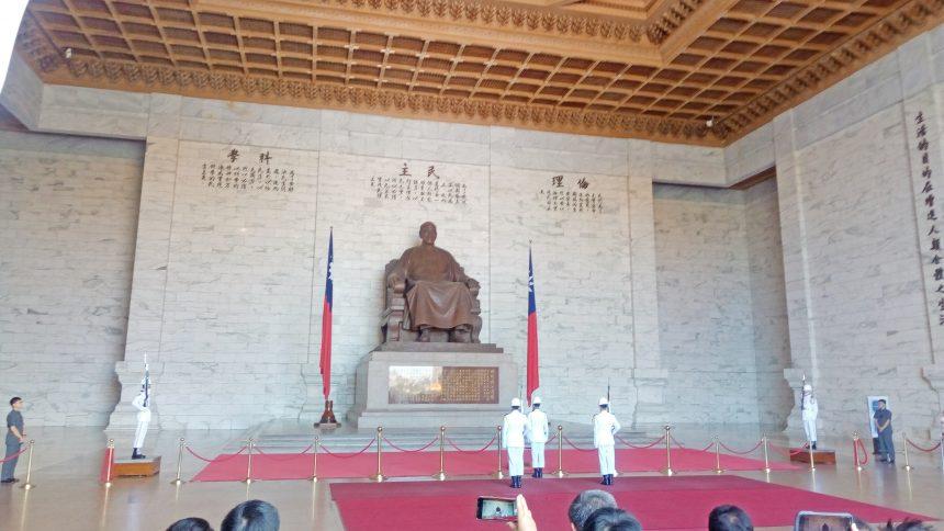 衛兵交代式(蒋介石像の前)