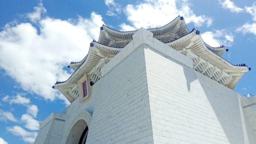 下から見上げた中世記念堂