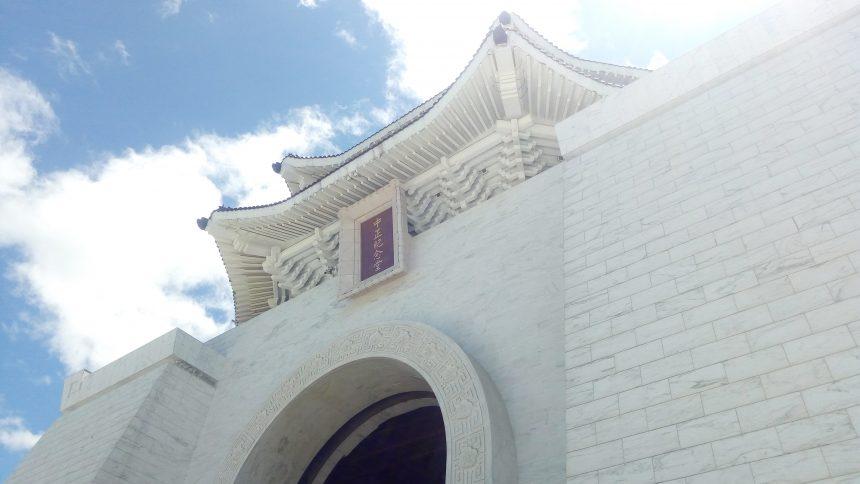 塔の上部にかかげられた中世記念堂の文字