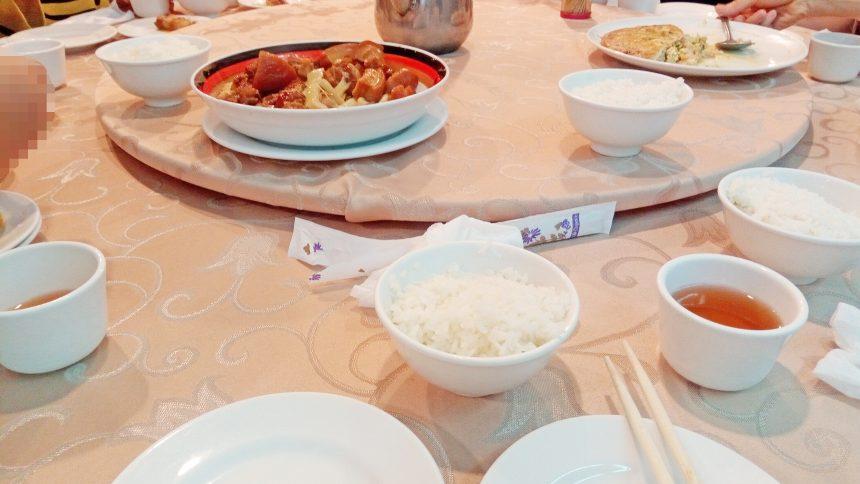 くるくる回る中華風テーブルに運ばれてきた台湾料理