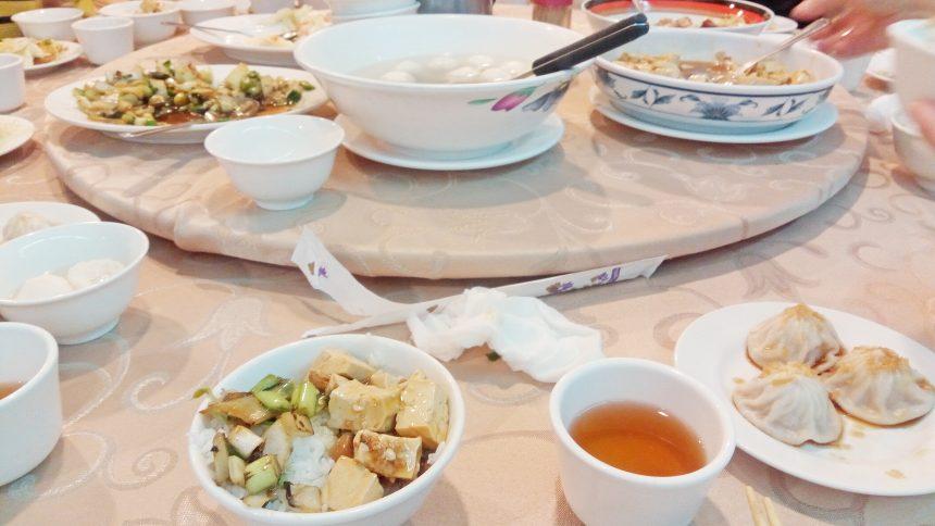 テーブルの上に料理が並んでいるの図