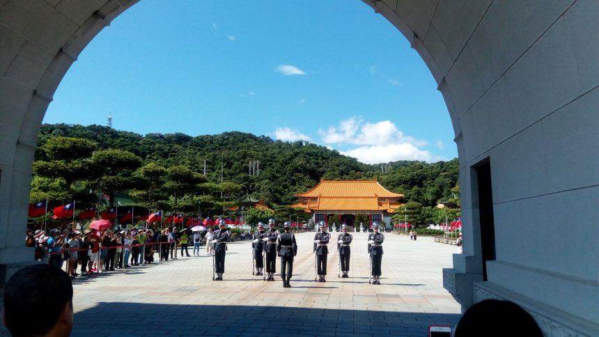 門の前で交代する衛兵