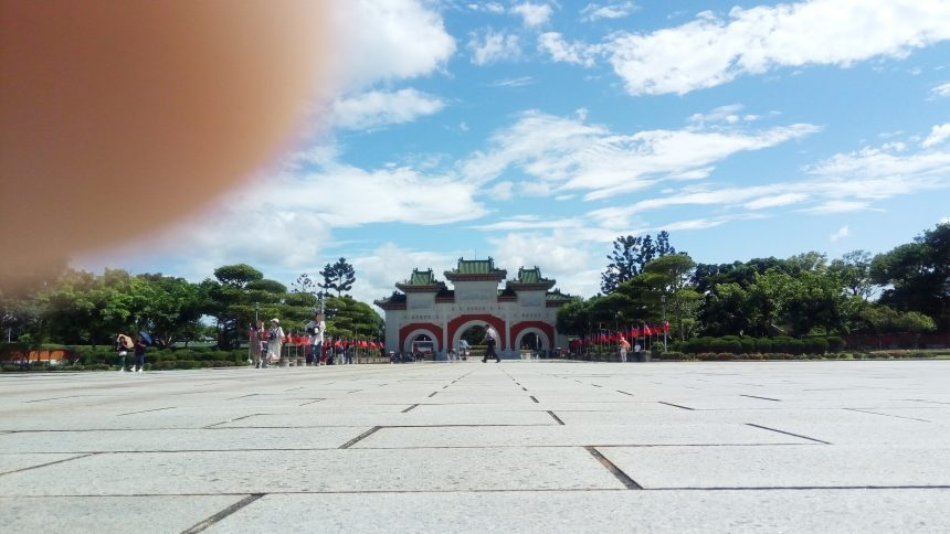 忠烈祠の建物から振り返ると門がきれいに見える