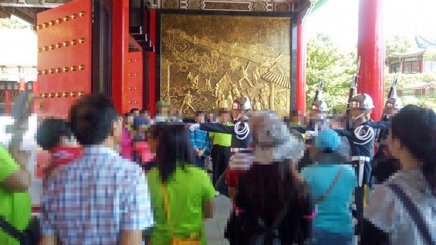 忠烈祠のお堂の前の門の中を通る衛兵。間近で衛兵交代式を見ることができる
