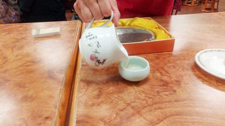 急須からお茶を注いでくれるようす(お茶セミナー)