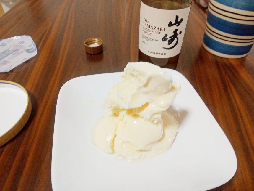バニラアイス(安いスーパーカップ)をうまく皿に盛り付けこじゃれた感を出したの図。背後に山崎ウイスキー。
