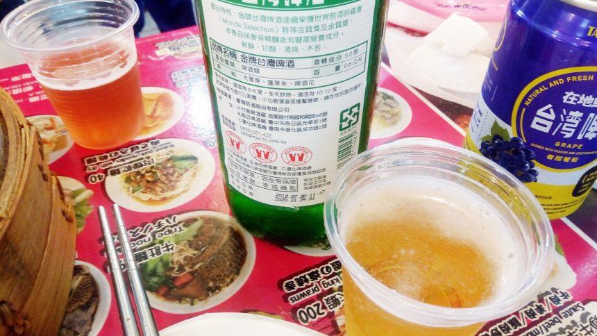 テーブルの上の台湾ビール